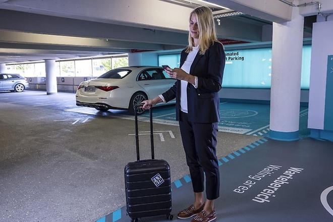 Chủ xe điều khiển Mercedes-Benz S-Class qua smartphone.
