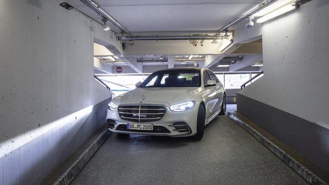Mercedes-Benz S-Class tự ra vào khu đỗ xe mà không cần người lái.