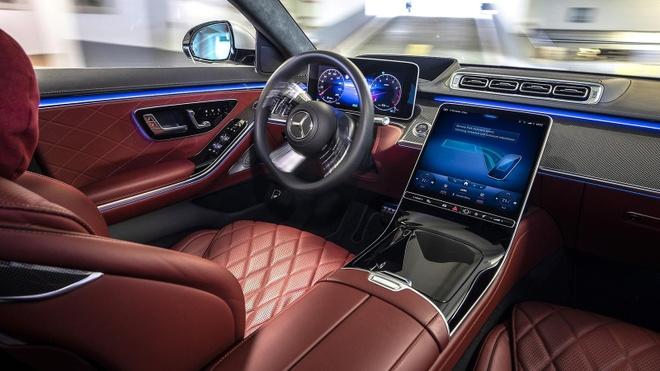 Giao diện màn hình khoang lái khi kích hoạt chế độ đỗ xe tự động.