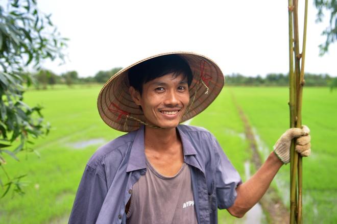 Chang nong dan 'khung' va giac mo ong hut tre hinh anh