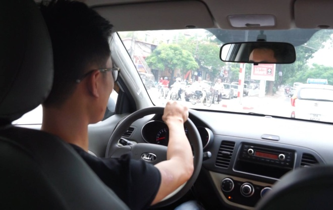 Nhiều tài xế taxi cho biết, đây là nghề chịu nhiều vất vả, cạnh tranh khốc liệt và có mức thu nhập không cao như nhiều người tưởng. Ảnh minh họa: Phan Anh.