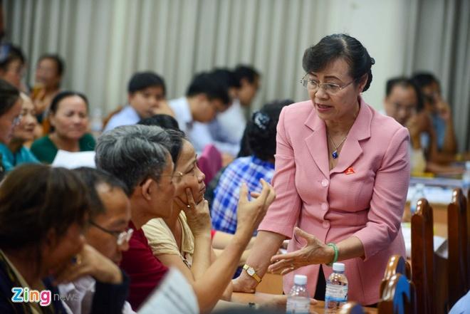 Bi thu Nguyen Thien Nhan tiep xuc cu tri Thu Thiem vao chieu mai hinh anh 1