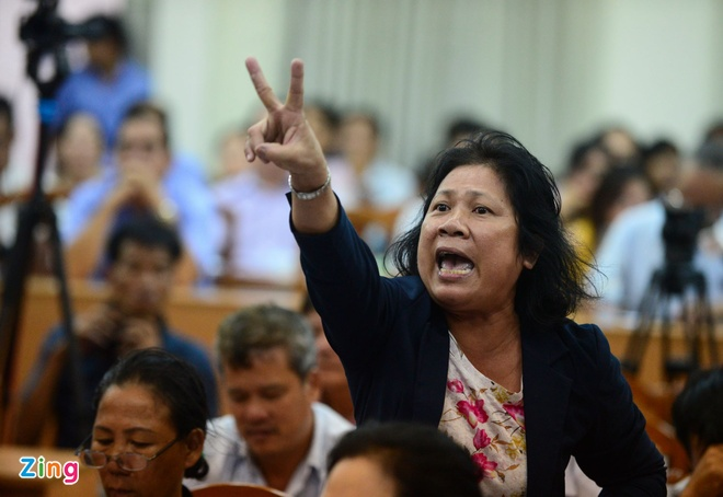 Bi thu Nguyen Thien Nhan tiep xuc cu tri Thu Thiem vao chieu mai hinh anh
