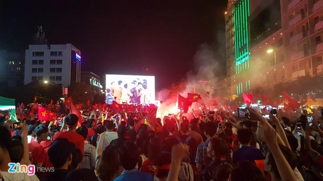Trieu nguoi xuong duong mung tuyen Viet Nam vo dich AFF Cup 2018 hinh anh 27