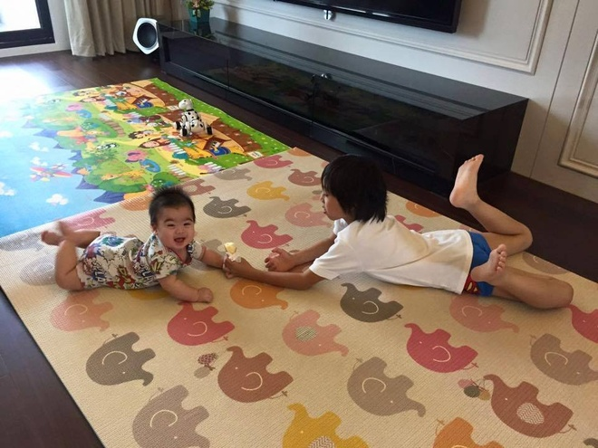 Lam Chi Dinh khoe anh mot minh cham 3 con trai hinh anh 2