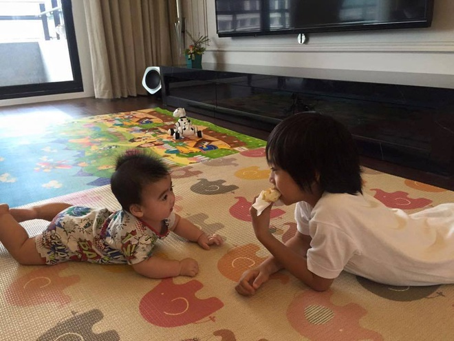 Lam Chi Dinh khoe anh mot minh cham 3 con trai hinh anh 3