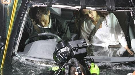 Hau truong canh quay xe lao xuong bien trong phim Hong Kong hinh anh