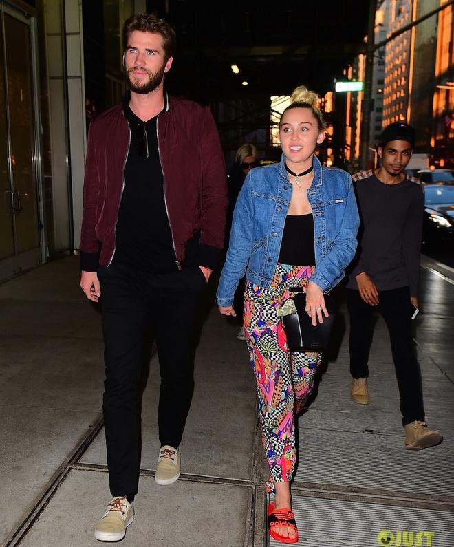Miley Cyrus va Liam Hemsworth tay trong tay sau tin sap cuoi hinh anh 1