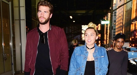 Miley Cyrus va Liam Hemsworth tay trong tay sau tin sap cuoi hinh anh