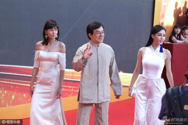 Dan sao Hoa ngu goi cam tren tham do Hoa Bieu hinh anh 10