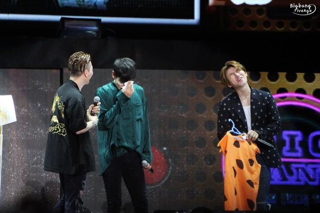 G-Dragon (Big Bang) hoa Hoang Phi Hong ngay tren san khau hinh anh 7