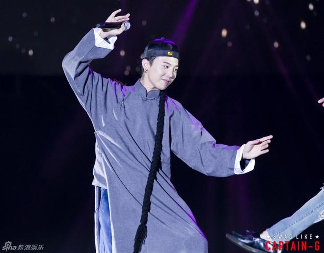 G-Dragon (Big Bang) hoa Hoang Phi Hong ngay tren san khau hinh anh 2