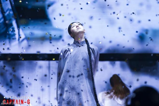 G-Dragon (Big Bang) hoa Hoang Phi Hong ngay tren san khau hinh anh 3