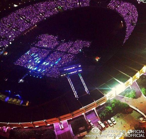 G-Dragon (Big Bang) hoa Hoang Phi Hong ngay tren san khau hinh anh 8