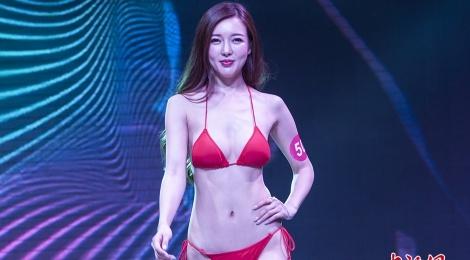 Thi sinh Hoa hau Hoan vu Trung Quoc lo nhuoc diem vi bikini hinh anh