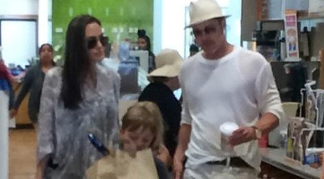 Angelina va Brad Pitt ben nhau mung sinh nhat con hinh anh
