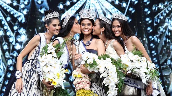 Nhan sac gay tranh cai cua Hoa hau Hoan vu Thai Lan 2016 hinh anh 9