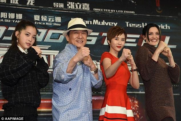 E-kip phim Thanh Long bi phat tan canh thac loan tren thuyen hinh anh 3