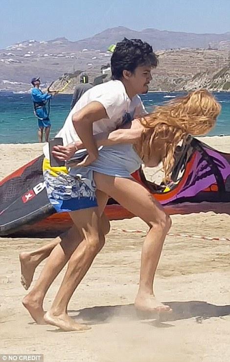 Them loat anh Lindsay Lohan bi hon phu danh giua bai bien hinh anh 5