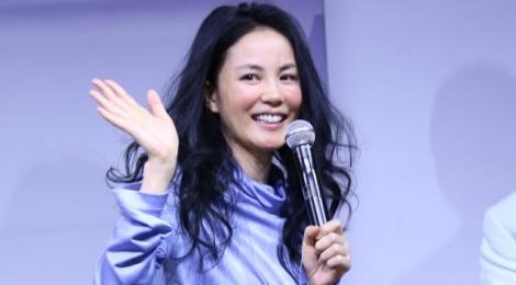 Vuong Phi bi la o vi ve show dien dat hon iPhone 7 hinh anh