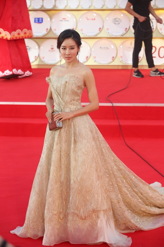 Angelababy duoc Huynh Hieu Minh thap tung tren tham do hinh anh 11