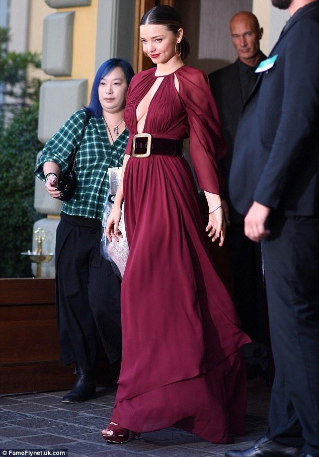 Miranda Kerr diện váy xẻ sâu trên thảm đỏ