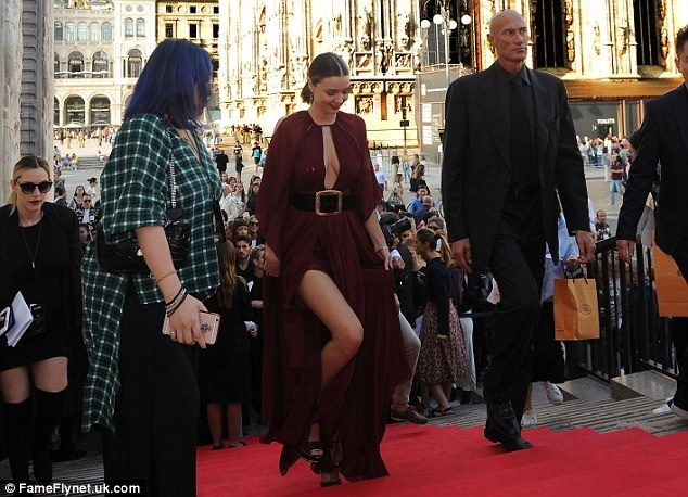 Miranda Kerr dien vay xe sau tren tham do hinh anh 5