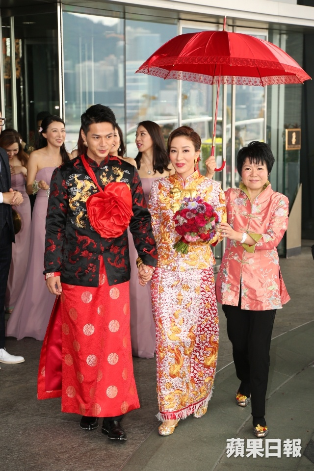 Hoa dan TVB Duong Di deo vang triu tay trong ngay cuoi hinh anh 4