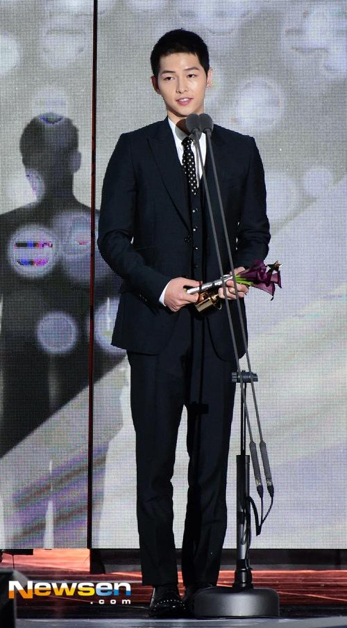 Song Joong Ki noi ve tin cuoi Song Hye Kyo khi nhan giai lon hinh anh 1