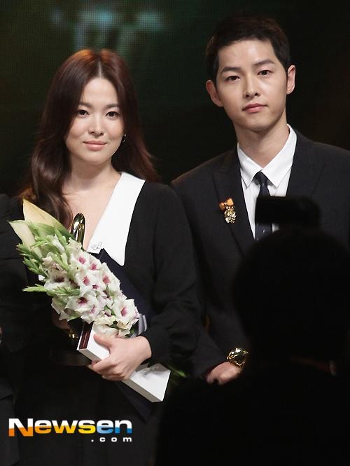 Song Hye Kyo, Song Joong Ki tinh cam tren san khau trao giai hinh anh 3