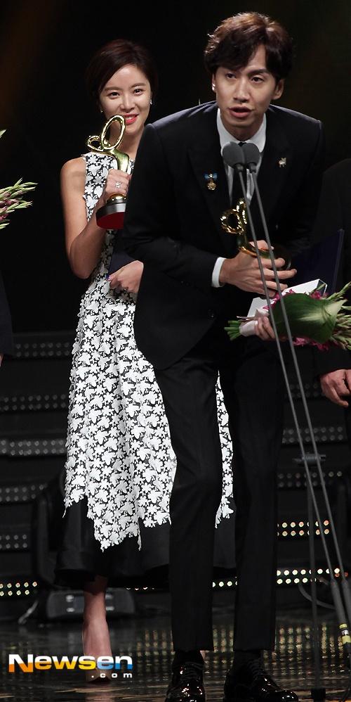 Song Hye Kyo, Song Joong Ki tinh cam tren san khau trao giai hinh anh 5