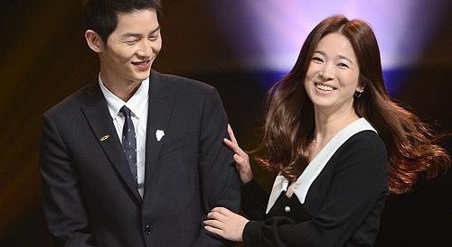 Song Hye Kyo, Song Joong Ki tinh cam tren san khau trao giai hinh anh