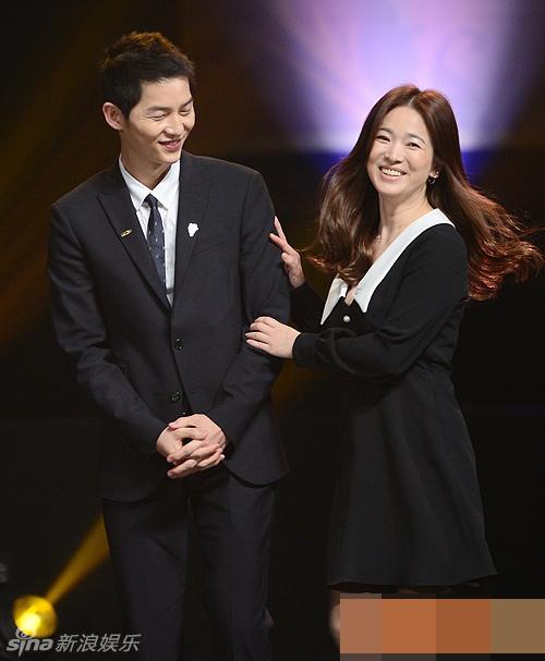 Song Hye Kyo, Song Joong Ki tinh cam tren san khau trao giai hinh anh 1