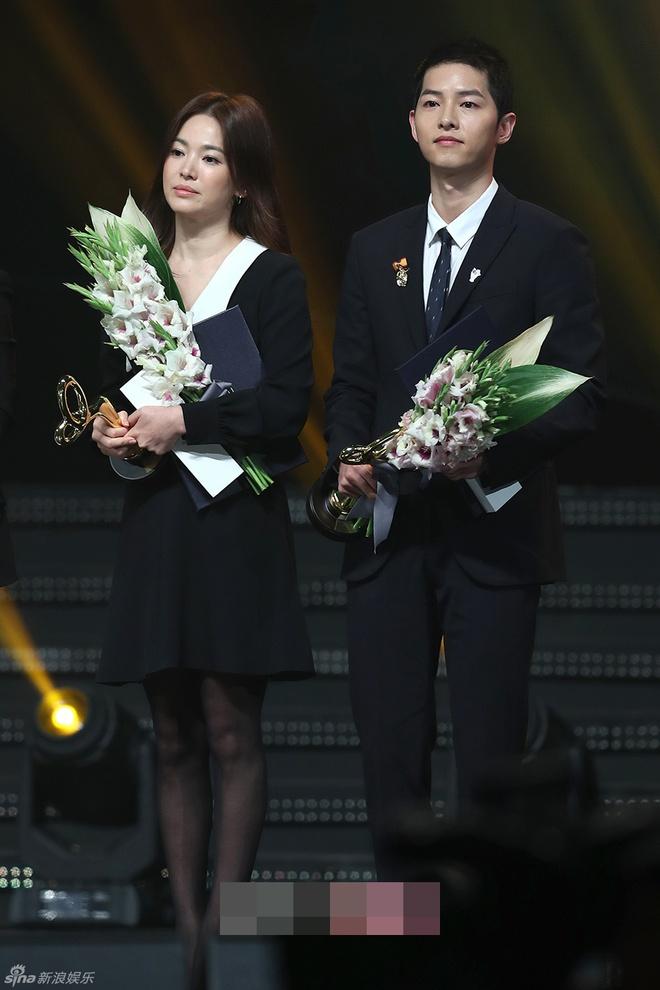 Song Hye Kyo, Song Joong Ki tinh cam tren san khau trao giai hinh anh 4