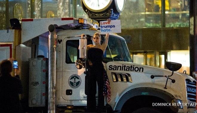 Lady Gaga om mat khoc, dung phan doi truoc toa thap Trump hinh anh