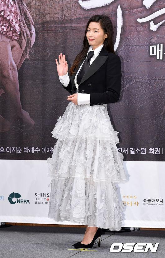 Jun Ji Hyun mac ruom ra ben Lee Min Ho hinh anh 3
