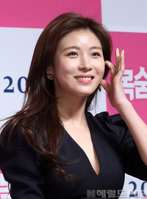 Ha Ji Won mac vay xe sau du vong mot khiem ton hinh anh 6