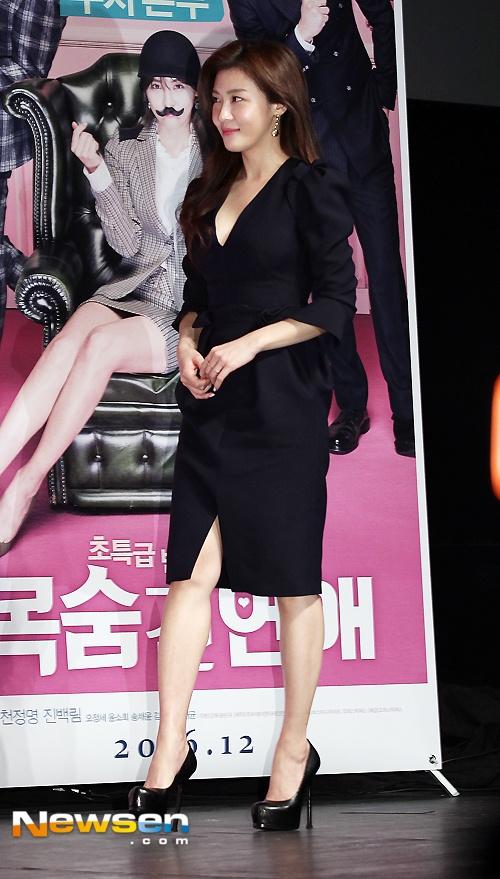 Ha Ji Won mac vay xe sau du vong mot khiem ton hinh anh 3