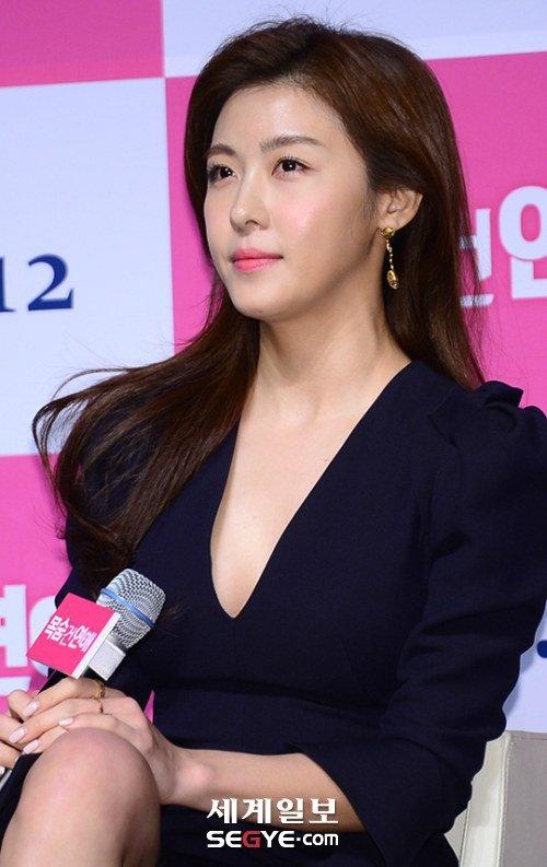 Ha Ji Won mac vay xe sau du vong mot khiem ton hinh anh 2