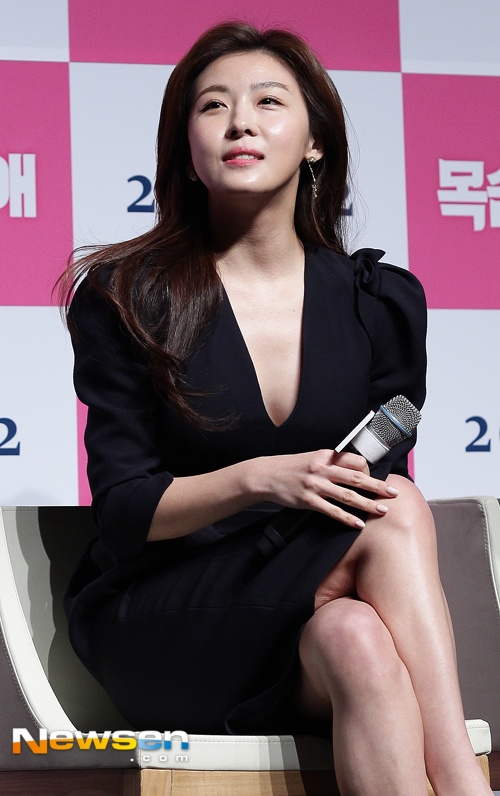 Ha Ji Won mac vay xe sau du vong mot khiem ton hinh anh 4