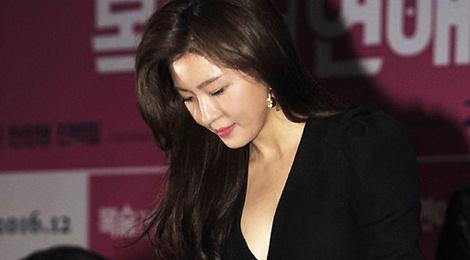 Ha Ji Won mac vay xe sau du vong mot khiem ton hinh anh