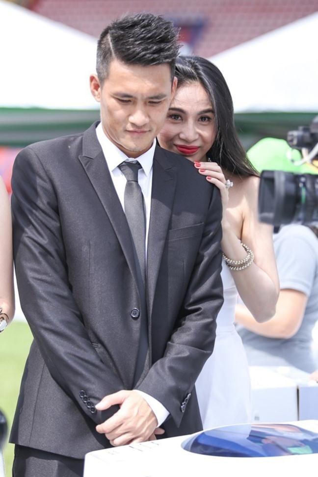 Thuy Tien quay clip chuc Cong Vinh ghi ban anh 1