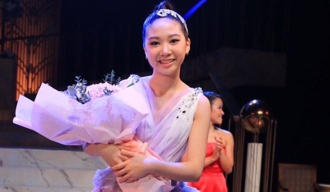 Con gai 12 tuoi cua Chan Tu Dan duoc khen xinh nhu hoa hau hinh anh