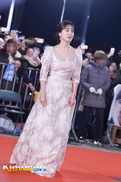 Song Hye Kyo va Song Joong Ki moi nguoi mot noi tren tham do hinh anh 1