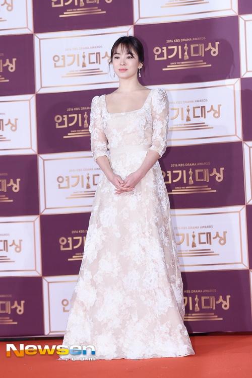 Song Hye Kyo va Song Joong Ki moi nguoi mot noi tren tham do hinh anh 2