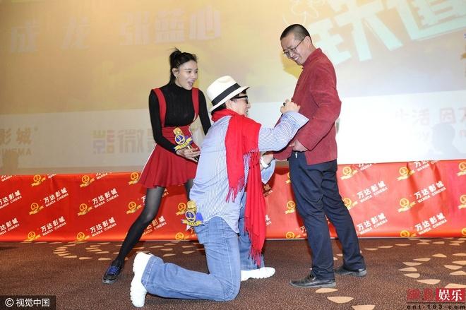 Thanh Long bo chay khi mot nguoi dan ong nhay tu do cao 5 m hinh anh 3