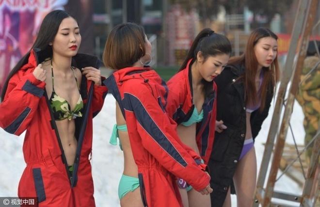 Thi sinh hoa hau Trung Quoc phai dien bikini giua troi tuyet hinh anh 1
