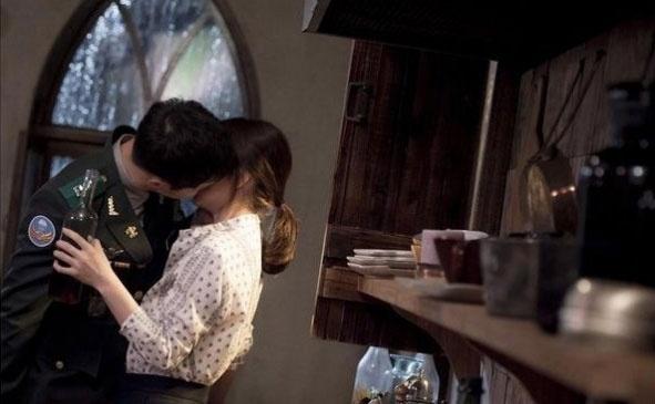 Song Joong Ki che mat sao nhi vi canh hon voi Song Hye Kyo hinh anh 2