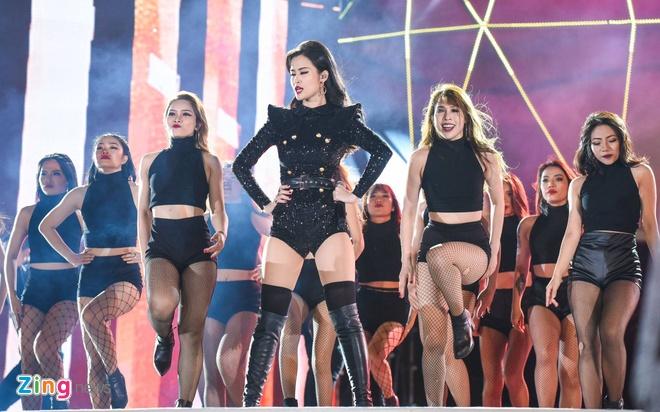 Dong Nhi lai oto len san khau Zing Music Awards hinh anh 4