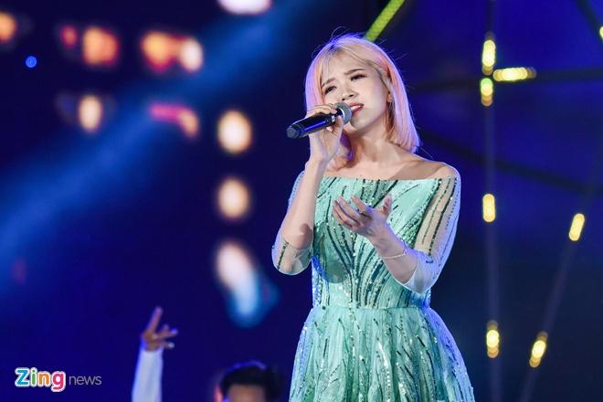 Dong Nhi lai oto len san khau Zing Music Awards hinh anh 10